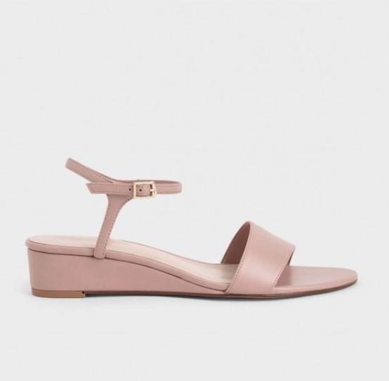 รองเท้าส้นเตารีดสีขาว